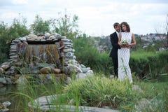 Het paar van de jonggehuwde in liefde Stock Fotografie