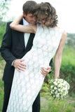 Het paar van de jonggehuwde in liefde Stock Afbeeldingen