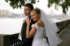 Het paar van de jonggehuwde op huwelijksdag Stock Foto