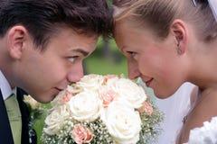 Het paar van de jonggehuwde op huwelijksdag Royalty-vrije Stock Afbeeldingen