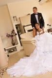 Het paar van de jonggehuwde in slaapkamer Royalty-vrije Stock Foto's