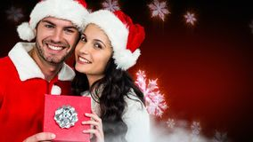Het paar van de Kerstmiswinter met sneeuwvlokken en gift stock footage