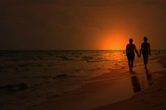 Het paar van de liefde bij zonsondergang Stock Foto