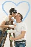 Het paar van de liefde het kussen in nieuw huis Stock Afbeelding