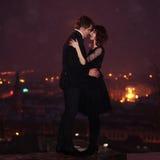 Het PAAR van de LIEFDE op de Nacht van de Valentijnskaart Royalty-vrije Stock Afbeeldingen