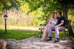 Het paar van de liefde in park Stock Fotografie
