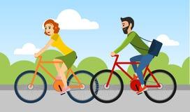 Het paar van de mens en de vrouw berijden in openlucht een fiets Stock Foto