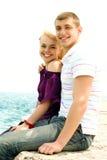 Het paar van de tiener het omhelzen Stock Afbeeldingen