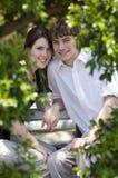 Het paar van de tiener in park stock fotografie