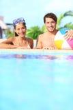 Het paar van de vakantie in pool Stock Fotografie
