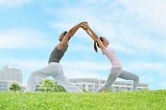 Het paar van de yoga Royalty-vrije Stock Afbeeldingen