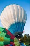 Het paar van gekleurde ballons treft te vliegen voorbereidingen Royalty-vrije Stock Afbeelding