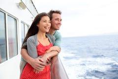 Het paar van het cruiseschip romantische het genieten van reis Royalty-vrije Stock Foto's