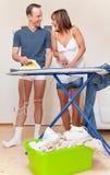 Het paar van het het thuiswerkhuishouden van de liefde stock foto