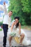 Het paar van het huwelijk bij een park Stock Foto