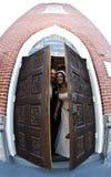 Het paar van het huwelijk bij kerk Stock Foto