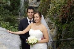 Het paar van het huwelijk in botanische tuin Stock Afbeeldingen