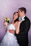 Het Paar van het huwelijk Bruid en Bruidegomkus en omhelzing elkaar Stock Foto's