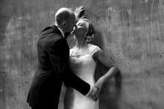 Het paar van het huwelijk het kussen Stock Foto