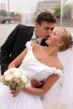 Het Paar van het huwelijk in het Kussen van de Liefde stock afbeelding