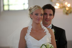 Het paar van het huwelijk in kerk Stock Foto