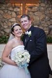 Het paar van het huwelijk in kerk Stock Foto's