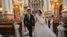 Het paar van het huwelijk in kerk stock footage