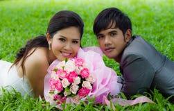 Het paar van het huwelijk met bloem Stock Foto