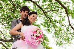 Het paar van het huwelijk met bloem Stock Afbeeldingen