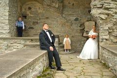 Het paar van het huwelijk met jonge geitjes Royalty-vrije Stock Foto's