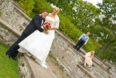Het paar van het huwelijk met jonge geitjes Stock Fotografie