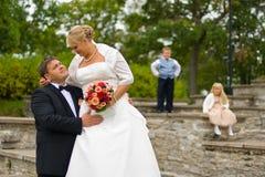 Het paar van het huwelijk met jonge geitjes Royalty-vrije Stock Afbeelding