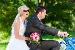 Het paar van het huwelijk op een motor stock fotografie
