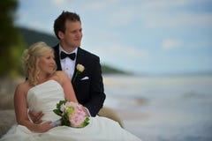 Het paar van het huwelijk op strand Stock Foto's