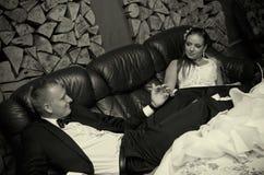 Het paar van het huwelijk in retro ruimte stock afbeeldingen