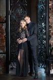 Het paar van het liefdeverhaal, valentijnskaartdag in luxebinnenland Romaanse verhouding stock foto