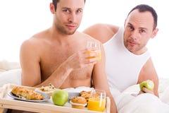 Het paar van Homo geniet van hun ontbijt Stock Afbeelding