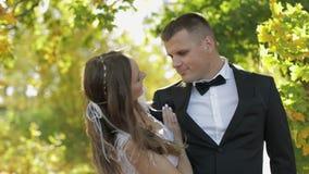 Het Paar van het huwelijk Mooie bruidegom en bruid Gelukkige Familie Man en vrouw in liefde De dag van het huwelijk Langzame Moti stock footage