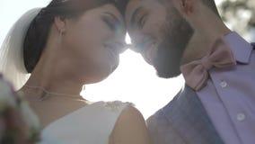 Het Paar van het huwelijk Mooie bruidegom en bruid Gelukkige Familie Man en vrouw in liefde stock videobeelden