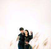 Het paar van jonge balletdansers voert openlucht uit Stock Foto