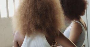 Het paar van jonge gemengde rasvrouw met afro groot haar heeft een ontbijt op keuken stock footage