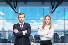 Het paar van jonge managers bevindt zich in het moderne panoramische bureau De mening van New York De financiële grafieken worden royalty-vrije stock fotografie