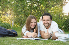 Het paar van jonge studenten heeft pret in het park Stock Foto's