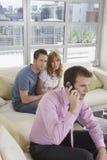 Het Paar van makelaar in onroerend goedon call by in Nieuw Huis stock foto