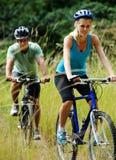 Het paar van Mountainbike in openlucht Stock Foto's