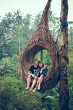 Het paar van reizigerswittebroodsweken in de wildernis van het eiland van Bali, Indonesië Paar in het regenwoud stock foto's