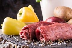 Het paar van rundvleesplakken trof voor rollade met groene paprika's voorbereidingen Royalty-vrije Stock Fotografie
