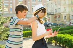 Het paar van tienerjaren heeft pret in de stad, de zomervakantie, onderwijs, tienerconcept royalty-vrije stock afbeelding