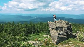 Het paar van Toeristen op Berg Hoogste Greep Opgeheven Handen geniet de Vrijheids van Gelukkige Mens en Vrouw die Landschapshoriz stock videobeelden