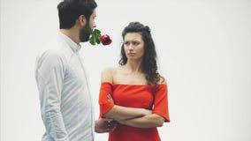 Het Paar van Valentine in Liefde De schoonheid is een mannequinmeisje met een mooie modelkerel die samen dansen Paar van glamour stock videobeelden